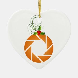 Abertura anaranjada con la puntilla del mirto adorno de cerámica en forma de corazón