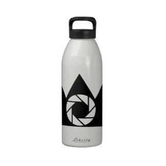 Abertura de la fotografía en una corona botellas de agua reutilizables