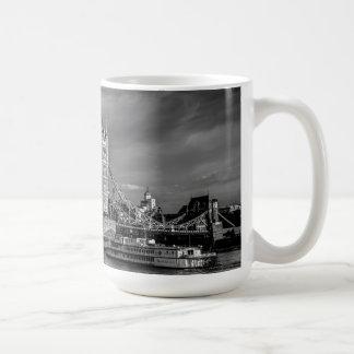 Abertura de Londres del puente de la torre Taza Básica Blanca