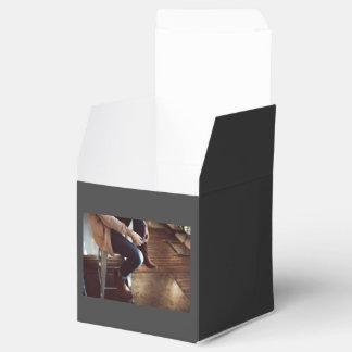 Abofetear vaqueros en taburete caja para regalo de boda