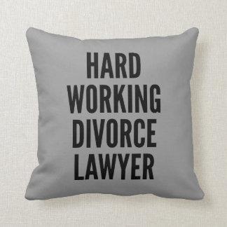Abogado de divorcio de trabajo duro almohada