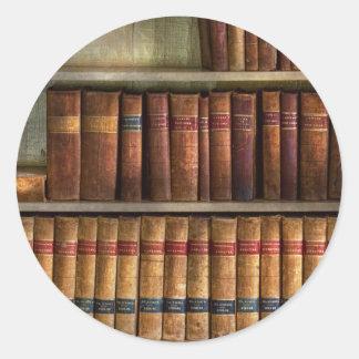 Abogado - libros - libros de ley pegatina redonda
