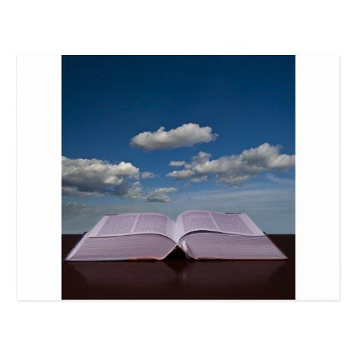 Abra el libro y el cielo tarjeta postal