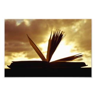 Abra el libro y la fotografía de la puesta del sol fotografías
