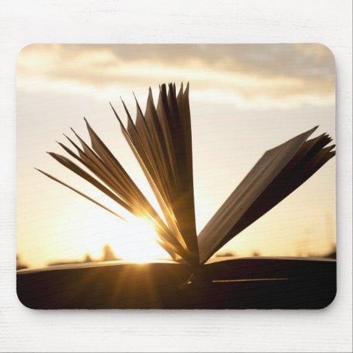 Abra el libro y la fotografía de la puesta del sol tapetes de ratones