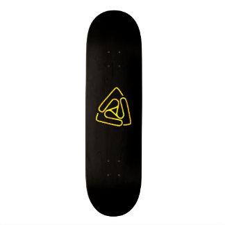 Abra el tablero vacío del logotipo del negro y del patinetas personalizadas
