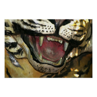 Abra la estatua de la boca del tigre posters