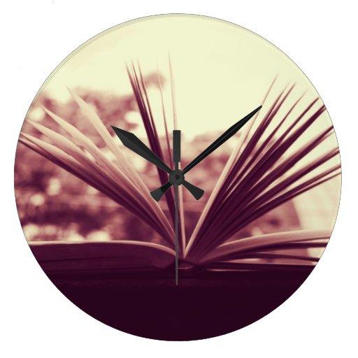 Abra la fotografía del libro reloj