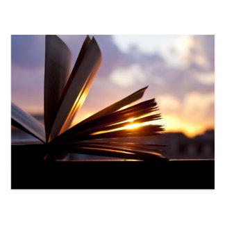 Abra la fotografía del libro y de la puesta del postales
