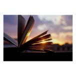 Abra la fotografía del libro y de la puesta del so poster