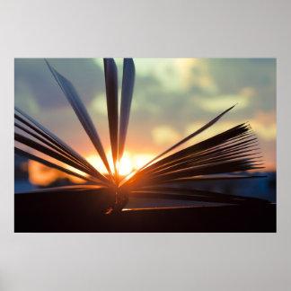 Abra la fotografía del libro y de la puesta del so impresiones