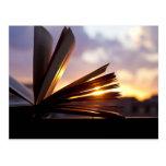 Abra la fotografía del libro y de la puesta del postal