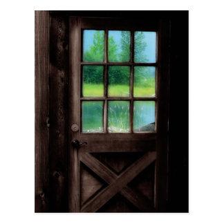 Abra la puerta en el exterior postales