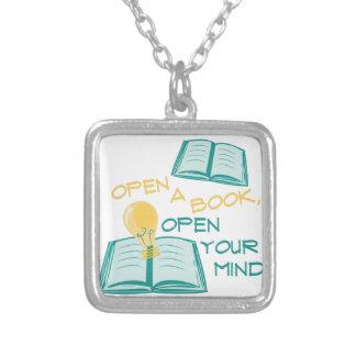 Abra un libro colgante cuadrado