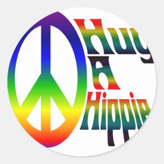 abrace a un hippie pegatina redonda