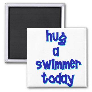 Abrace a un nadador hoy imán cuadrado