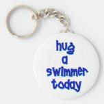 Abrace a un nadador hoy llavero redondo tipo pin
