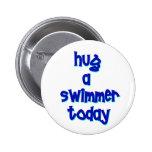 Abrace a un nadador hoy pin redondo de 2 pulgadas