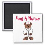 Abrace a una enfermera imán de frigorifico