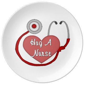 Abrace a una enfermera plato de cerámica