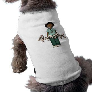 Abrace a una enfermera sonriente amistosa playera sin mangas para perro
