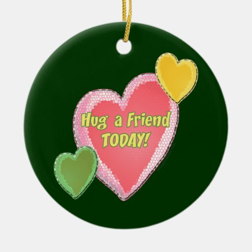 Abrace los corazones de un amigo adorno navideño redondo de cerámica