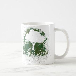 Abrace un árbol piensan verde taza de café