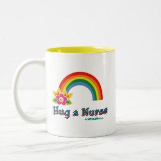 Abrace un arco iris de la enfermera taza dos tonos