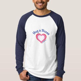Abrace un corazón de la enfermera playeras