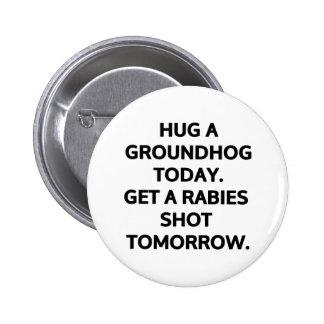 Abrace un groundhog hoy. Consiga una rabia tirada  Pin Redondo De 2 Pulgadas