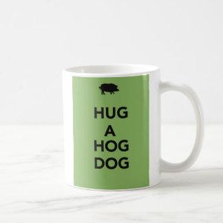 Abrace un perro del cerdo tazas de café