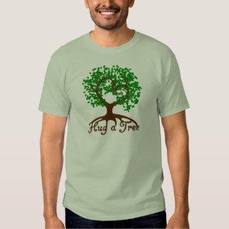 Abrace una camiseta del adulto del árbol playera