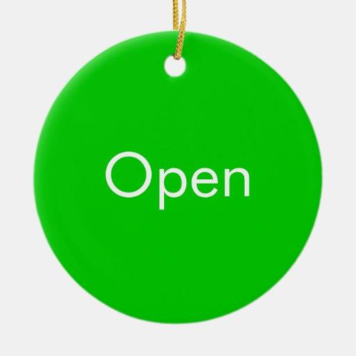 Ábrase/muestra a puerta cerrada adorno navideño redondo de cerámica
