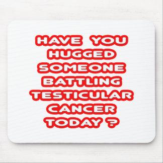 ¿Abrazado alguien cáncer testicular de lucha? Alfombrilla De Ratones