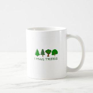 Abrazo árboles taza de café
