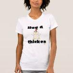 Abrazo blanco Huggable del pollo un pollo Camiseta