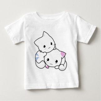 Abrazo blanco lindo de los gatitos poleras