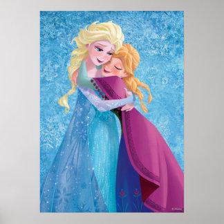 Abrazo de Ana y de Elsa Póster