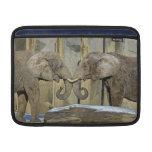 Abrazo de los mejores amigos de los elefantes fundas MacBook