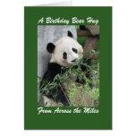 Abrazo de oso del cumpleaños de la panda a través felicitacion