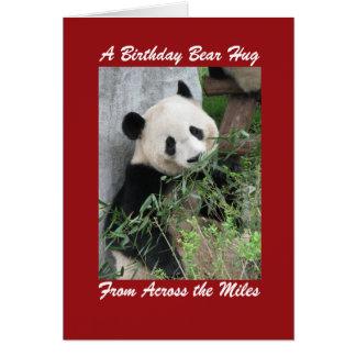 Abrazo de oso del cumpleaños de la panda gigante a tarjeta de felicitación