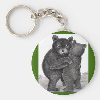 Abrazo de oso. Dos osos que abrazan hacia fuera en Llavero Redondo Tipo Pin