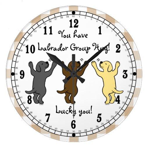 Abrazo del grupo de los perritos de Labrador Reloj Redondo Grande