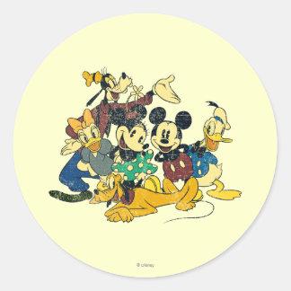 Abrazo del vintage de Mickey y de los amigos el   Pegatina Redonda