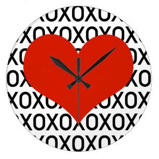 Abrazos, besos y un corazón grande reloj redondo grande