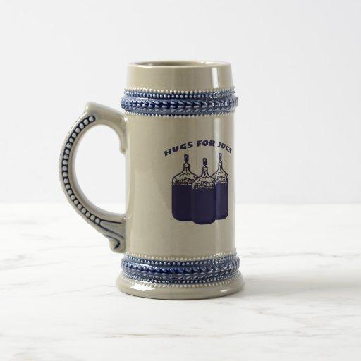 Abrazos para los jarros jarra de cerveza