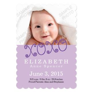 Abrazos y invitación púrpura de la foto del