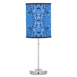 Abrigo azul descolorado de la tela del pañuelo de  lámpara de mesilla de noche