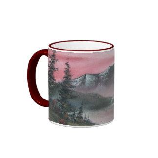Abrigo rojo del lago mountain alrededor de la taza