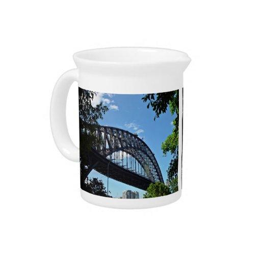 Abrigue el puente con el cielo azul y las nubes jarra para bebida